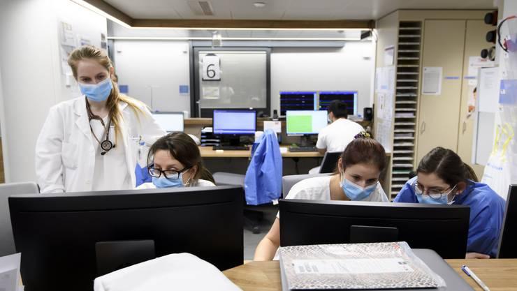Das Personal im Gesundheitswesen spielt eine zentrale Rolle bei der Bewältigung der Corona-Pandemie.