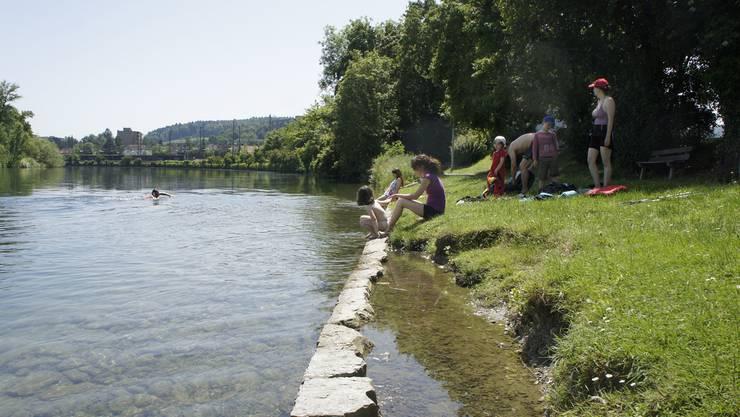 Die Limmat in Dietikon verspricht an heissen Sommertagen Abkühlung. Eine Flussbadi, wie die Stadt vorgesehen hatte, lässt aber weiter auf sich warten.