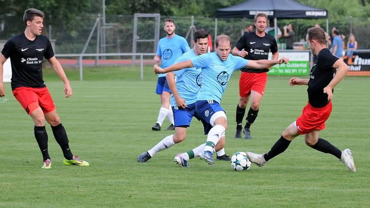 Thals Janik Disler und der Gäuer Kevin von Arx im Kampf um den Ball, beobachtet von Nicola Ackermann (li.), Mario Stecher (hinten li.), Sascha Ingold (Mitte) und Fabian Müller (hinten re).