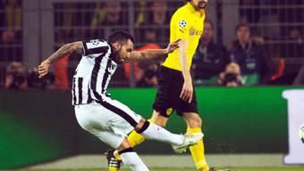 Carlos Tevez nimmt Mass zum 1:0 für Juventus