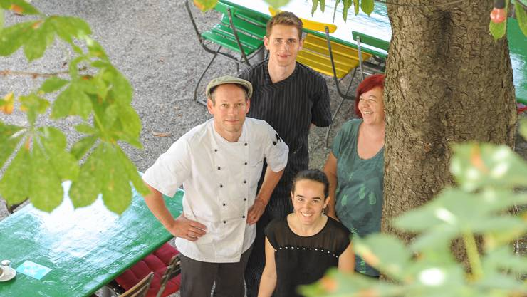 Die Crew vom Platanenhof: Küchenchef Matthias Haller, Küchenhilfe Lukas Andres, Wirtin Charlotte Wirthlin und Tochter Mara Wirthlin im Garten der Quartierbeiz.