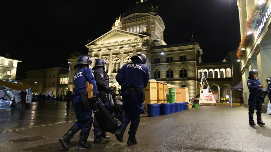 Polizei beginnt mit Räumung, Klimabewegung ruft Unterstützer auf den Bundesplatz