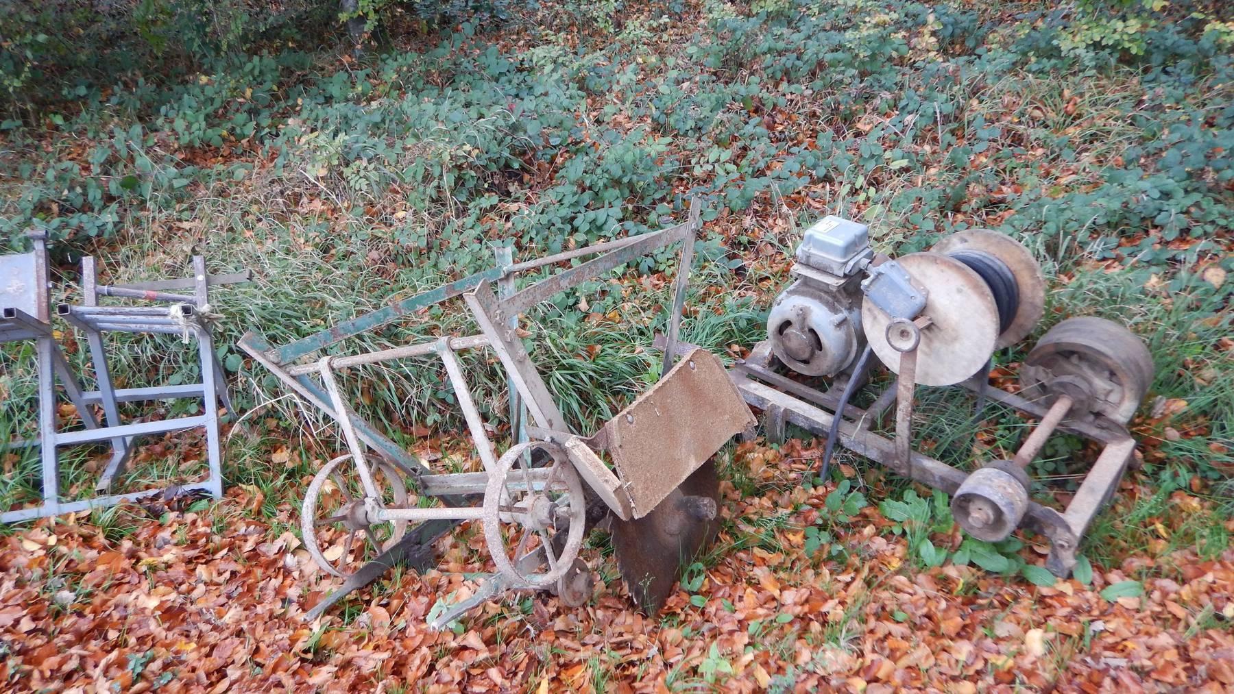 Unbekannte entsorgten mehrere antike Werkstattmaschinen im Wald.