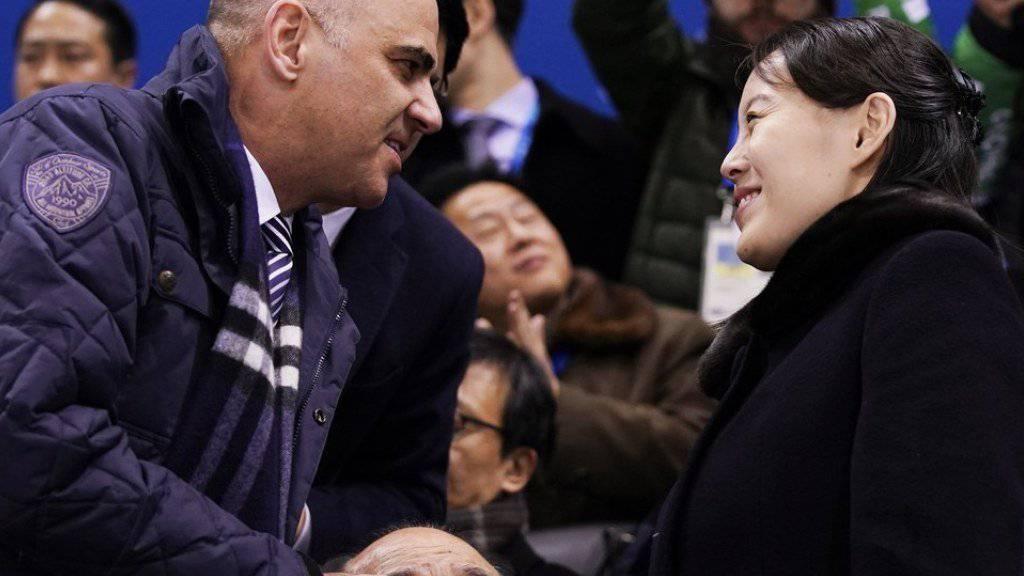 Berset begrüsst im Eishockeystadion Kim Yo Jong, die Schwester des nordkoreanischen Machthabers.