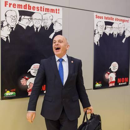 Ueli Maurer, gut gelaunt im Kreise seiner SVP-Kollegen.