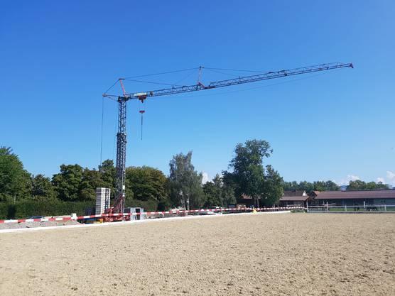 Der Baukran und der neue Sandplatz.