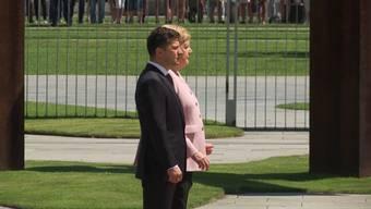 Am Dienstag empfing Kanzlerin Angela Merkel den ukrainischen Staatschef Selenski. Doch während der Hymne fing sie an unkontrolliert zu zittern.