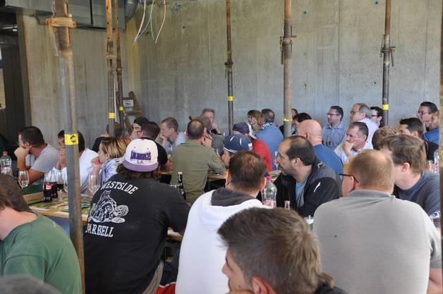Bauarbeiter und Behördenmitglieder wurden mitten in der Baustelle zu Tisch gebeten