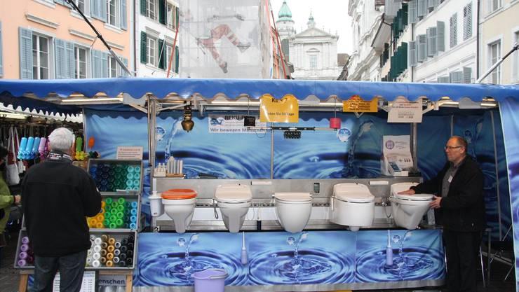 Dieser Stand am Märetplatz steht nicht für das neueste öffentliche WC der Stadt Solothurn, sondern diente ganz profan dem Anschauungsunterricht für ein Kalkentfernungsmittel.