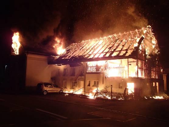 Stetten AG, 12. Oktober: Am Samstagmorgen brach in einem Mehrfamilienhaus in Stetten ein Feuer aus. Schnell stand das ganze Gebäude in Flammen.