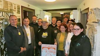 Herbert Weiss (ganz links) und Ulrich Krieger (daneben rechts) kommen als jeweilige Stadtoberhäupter beider Laufenburg nicht umhin, sich in die Narren-Schar einzureihen. In der Zunftstube wurde das Programm der Städtlefasnacht vorgestellt.