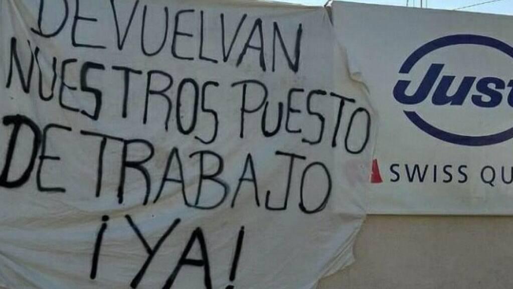 Die Just AG hat vor drei Wochen die 52 Arbeitnehmenden der Niederlassung in Lomos del Mirador in Argentinien entlassen. «Gebt uns unsere Arbeitsplätze zurück», heisst es auf einem Transparent am Distributionsstandort. Die Gewerkschaft Unia Ostschweiz solidarisiert sich mit den Arbeitern.