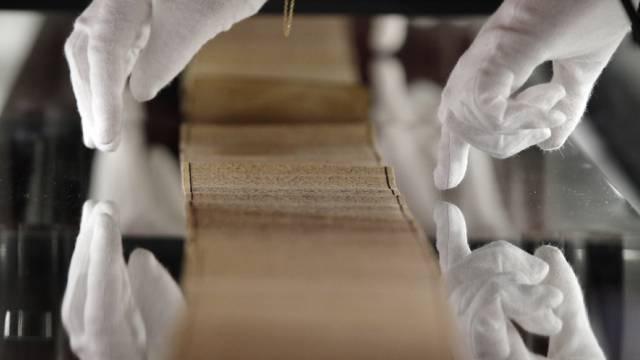 Eine Pergament-Rolle wird untersucht (Symbolbild)