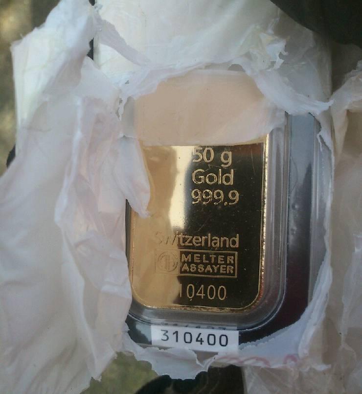 Nach dem Fund machte einer der Finder dieses Handybild von einem 50-Gramm-Goldbarren.