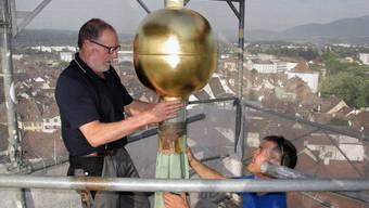 Frisch vergoldete Kugel wird auf Solothurner Rathaus montiert