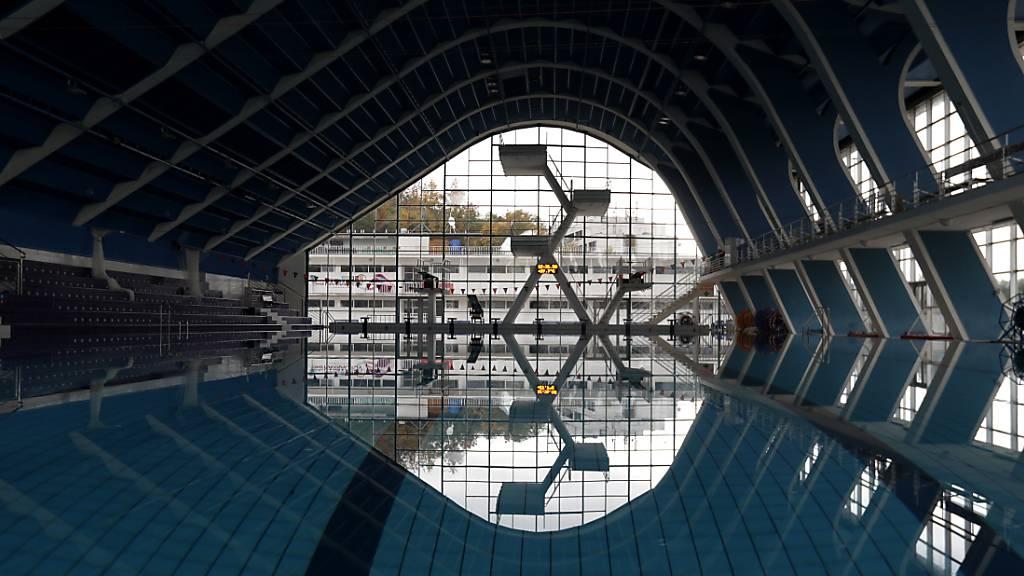 Wegen Corona geschlossene Hallenbad in Prag. Foto: Petr David Josek/AP/dpa