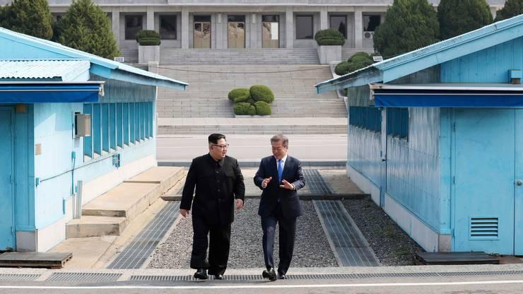 Der Machthaber wurde an der Demarkationslinie am Freitag von Südkoreas Präsident Moon Jae In zu ihrem ersten Gipfeltreffen empfangen.