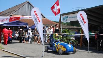 Am Sonntag fahren Mädchen und Knaben zwischen 7 und 15 Jahren in selbst gebauten Boliden beim GP Lengnau mit.