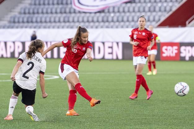 Herrlicher Schuss zum 1:0. Malin Gut bringt die Schweiz schon früh auf die Siegerstrasse.