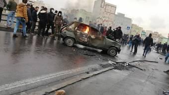 Wut auf die Regierung wegen Benzinpreiserhöhung und wirtschaftlicher Misere auf der Autobahn in Teheran.