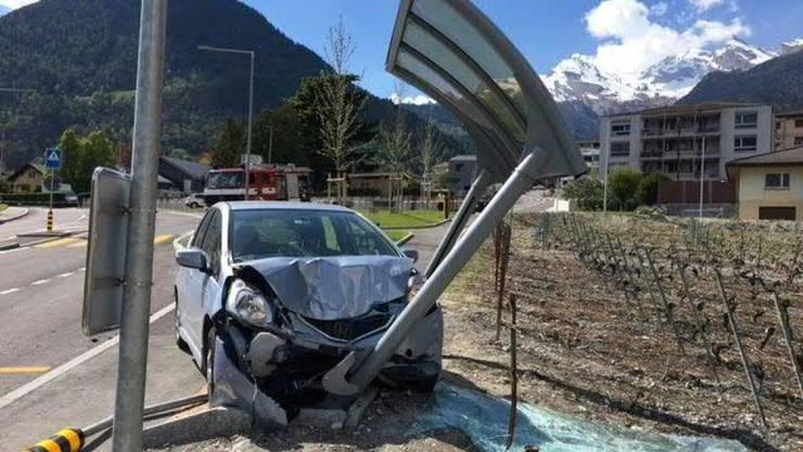 Das Auto stiess zunächst aus ungeklärten Gründen mit einem Lastwagen zusammen, bevor es in die Bushaltestelle prallte.