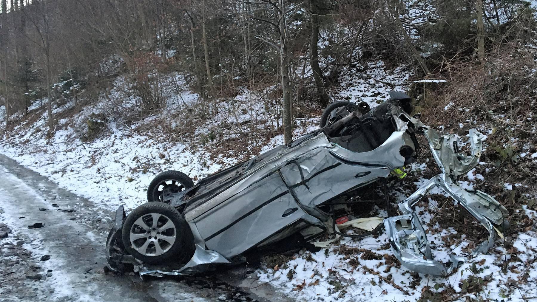 Das Auto überschlug sich mehrmals und war am Ende nur noch Schrott.