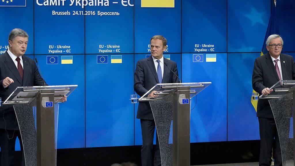 Der ukrainische Präsident Petro Poroschenko (links), EU-Ratspräsident Donald Tusk (Mitte) und EU-Kommissionspräsident Jean-Claude Juncker zelebrieren am Donnerstag nach einem Gipfeltreffen in Brüssel Einigkeit - obwohl die EU-Staaten die von der Ukraine erhoffte Visaliberalisierung noch blockieren.