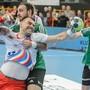 Bartosz Jurecki (links) von Azoty-Pulawy im Duell gegen Stefan Huwyler