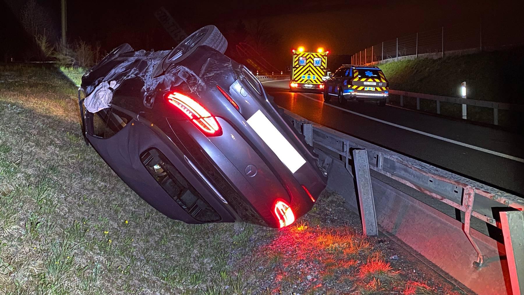 Der Mercedes der Autofahrerin landete auf der Wiese auf dem Dach, nachdem sich das Fahrzeug mehrfach überschlug.