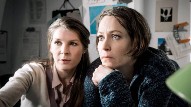 """Stephanie Japp (r) spielt in """"Private Banking"""" die Hauptrolle einer Bankerin und Anna Schinz (l) eine Nebenrolle als Compliance-Officer. Beide Schauspielerinnen werden für ihre Leistung in dem TV-Zweiteiler mit einem Schweizer Fernsehfilmpreis geehrt. (Bild SRF)"""