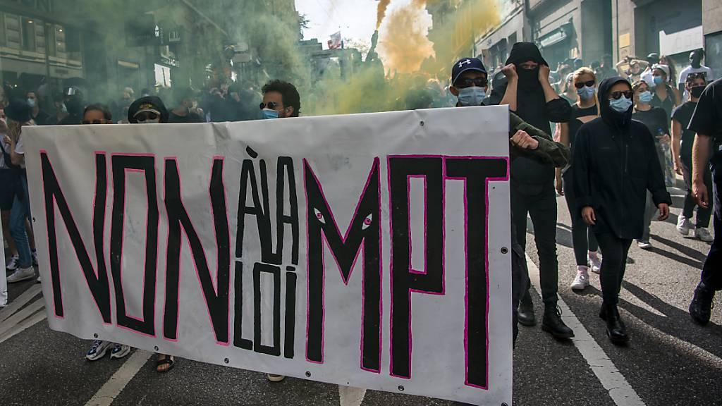 1000 Personen demonstrieren gegen Covid-19-Gesetz und PMT