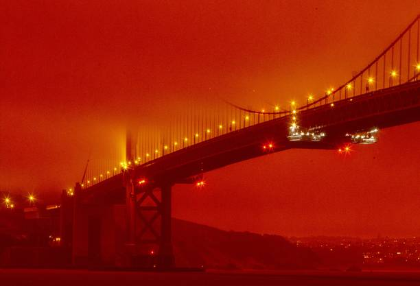 Die Golden Gate Bridge ist um die Mittagszeit am Mittwoch von rotem Nebel umgeben.