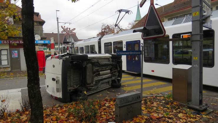 Oberentfelden, 11. November: Autofahrer übersieht beim Abbiegen den Zug und kollidiert.