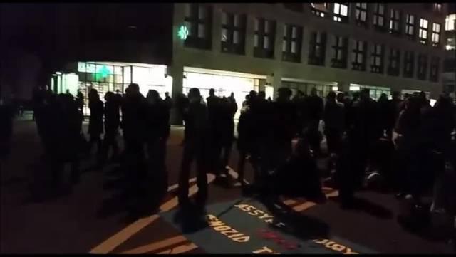 Demonstration vor dem Trafo Baden.