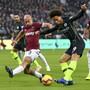 Man Citys Leory Sané, der das 4:0 erzielte, flankt an West Hams Pablo Zabaleta vorbei