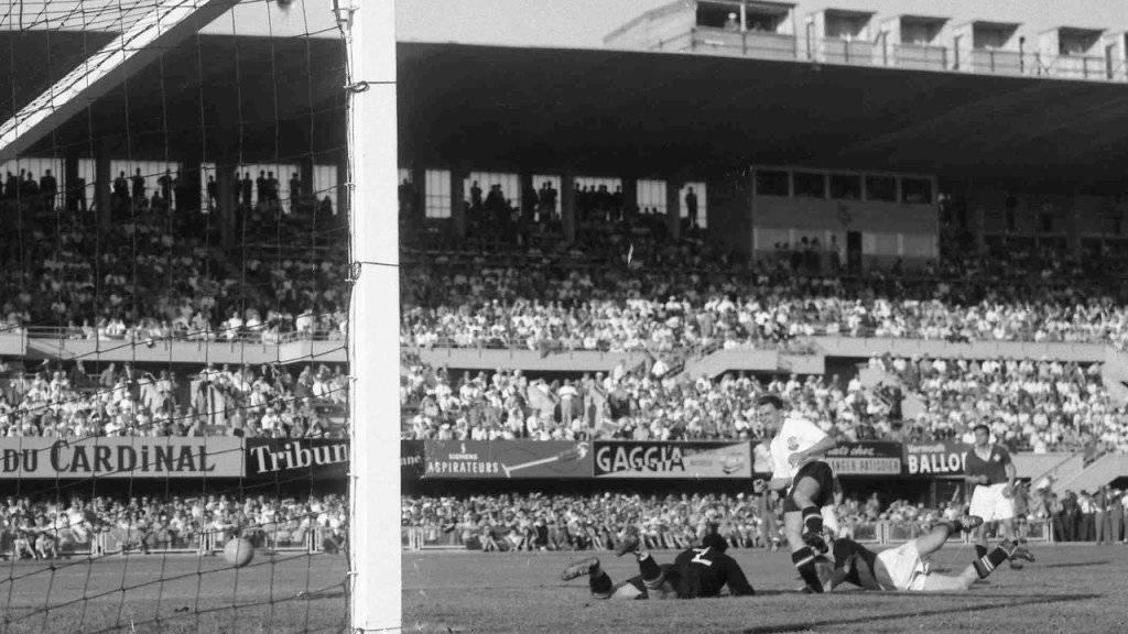 Österreichs Theodor Wagner (in weissem Shirt) bezwingt Eugène Parlier (links am Boden)  im WM-Viertelfinal von 1954.