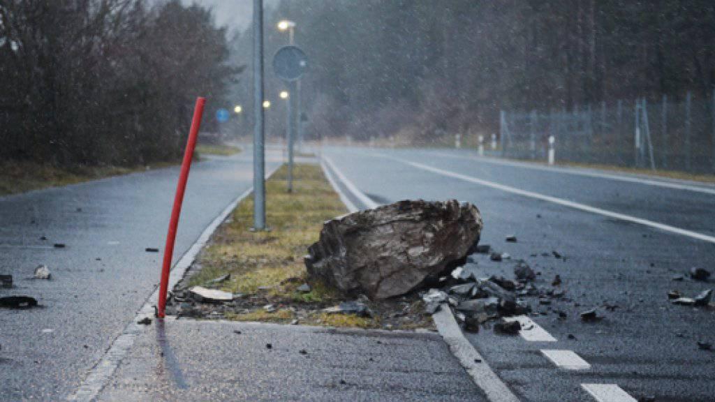 Ein Felsbrocken ist am Dienstag bei Schattdorf auf die Gotthardstrasse gestürzt. Die Strasse wurde gesperrt, ist aber inzwischen wieder offen.
