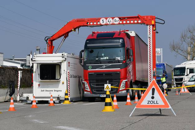 Ein Lastwagen geht durch die Röntgenanlage.
