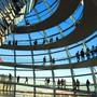 Berlin und ein Besuch im Reichstagsgebäude sind bei Touristen beliebt. (Archivbild)