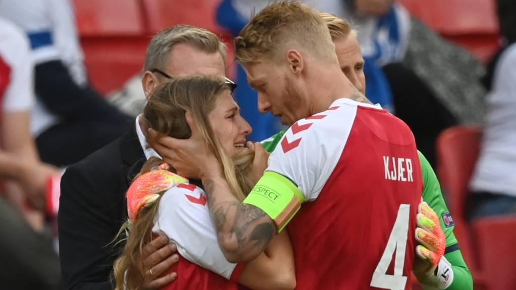 Dieses Bild ging um die Welt: Simon Kjaer tröstet die Freundin von seinem Teamkollegen Christian Eriksen.