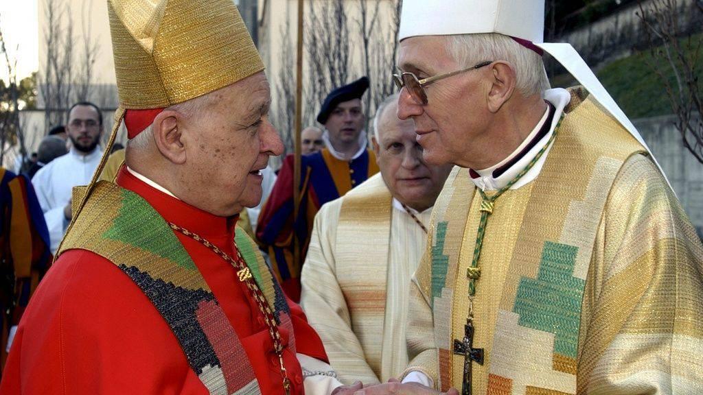 Kardinal Gilberto Agustoni (links) im Gespräch mit Bischof Amadeo Grab (rechts) 2004 in der Kathedrale von Lugano.