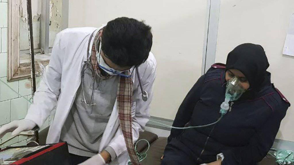 Ein mutmassliches Giftgasopfer erhält am Samstag in einem Spital in Aleppo Sauerstoff verabreicht.