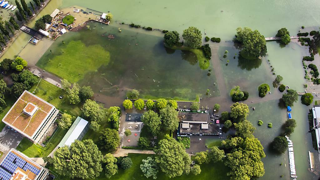 Luftaufnahme der Überschwemmungen am Strandboden am Bielersee.