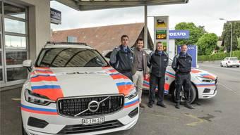 Matthias Schatzmann, stv. Repol-Chef, Jörg Geissmann, Garage K. Geissmann AG, Marco Veil, Chef Repol, und David Serafini, Fahrzeugverantwortlicher der Regionalpolizei Wohlen bei der Fahrzeugübernahme.
