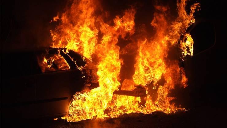 Kurz nach der Drohung stand das Fahrzeug des Lebenspartners der Frau des Verdächtigen in Flammen. (Symbolbild/Archiv)