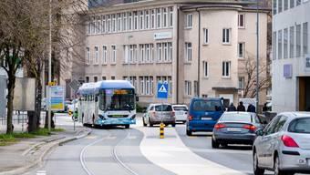 Tramstrasse Richtung Bahnhof Ständig stark befahren ist sie eine Gefahr für die Schüler, die auf das angrenzende Schulareal gelangen müssen.