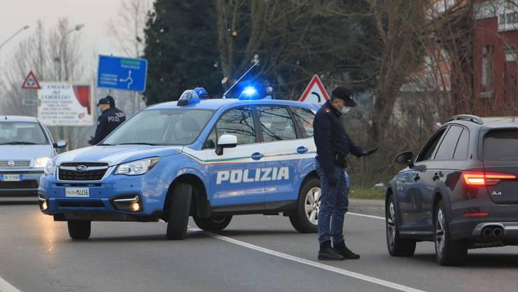 Eine Strassensperre der Polizei im norditalienischen Casalpusterlengo.
