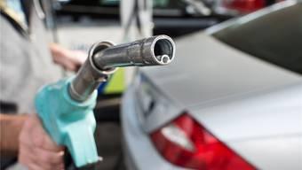 Mit einem durchschnittlichen Jahresverbrauch von knapp 468 Litern lassen die Schweizer gerade einmal 0,87 Prozent ihres Einkommens an der Tankstelle liegen. (Archivbild)