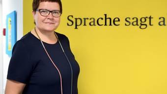 """Die Leiterin der Dudenredaktion Kathrin Kunkel-Razum vor der Inschrift """"Sprache sagt alles."""" Was, wenn die Sprache die weibliche Hälfte der Menschen ausschliesst? Der Rat für deutsche Rechtschreibung diskutiert das Genderproblem heute in Wien. Mit mehr als Empfehlungen ist nicht zu rechnen. (Archiv)"""