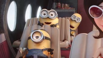 """Schweizer Kinogänger finden sie so herzig: (v.l.) Stuart, Bob und Kevin neben der von Sandra Bullock gesprochenen Scarlet Overkill in """"Minions"""" (Illumination Entertainment/Universal Pictures via AP)."""